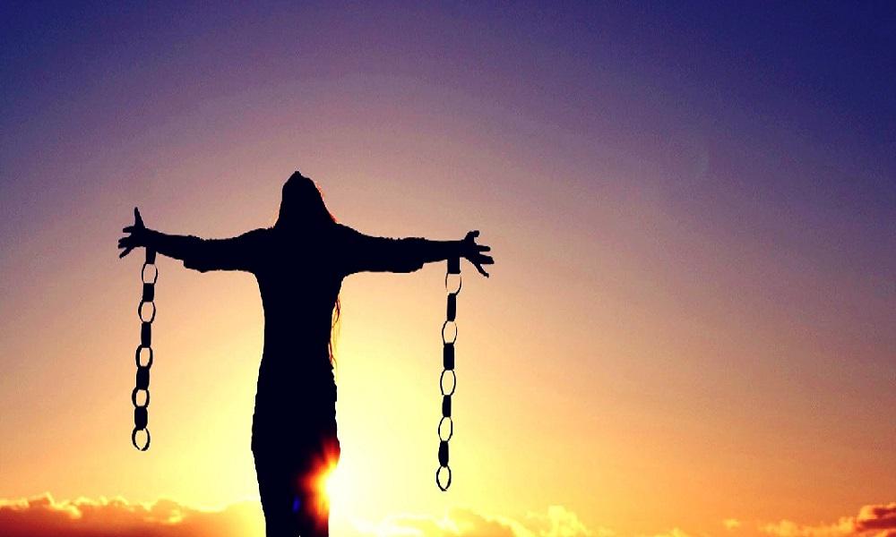 Özgürlük, insanların tarihin her döneminde vazgeçemediği ihtiyaçlarından birisidir. Düşünme, söyleme, görüş bildirme ve sınırların olmaması, özgürlüğün tanımında kullanılan ifadelerdir. Fakat burada sınırsız bir rahatlık söz konusu değildir ve özgürlüğün de belli sınırları vardır. Klasik ifade ile farklı birisinin özgürlük alanı başladığında bizim özgürlük alanımız sonlanmış olur. Gerçek dünyada özgürlüklerin kullanılmasından dolayı farklı sorunlar ve çatışmalar çıktığı için insanlar artık sanal dünyada zaman geçirmeyi tercih etmektedir. Chat siteleri ve sohbet odaları, insanların özgürce hareket edebildikleri alanlardan birisidir. Sanal dünya denildiği zaman insanların aklına ilk olarak sosyal medya platformları ya da sosyal ağlar gelmektedir. Bilindiği gibi buralarda insanlar fikirlerini özgür bir şekilde ifade eder. Farklı birisine hakaret edilmediği ve rahatsızlık verilmediği sürece insanlar burada istedikleri fikirlerini rahatlıkla paylaşabilir. Sosyal medya platformlarının büyük çoğunluğu kullanıcıları bu noktada özgür bırakmıştır. Fakat bu noktada bazı devletlerin ilgili platformları ya erişime kapatması ya da sıkı bir şekilde denetlemesi devreye girmektedir. Bu tür ülkelerde, sosyal ağlardan yapılan ve tamamen ifade özgürlüğü kapsamındaki sözlerden suçlar çıkarılmakta ve insanlar baskı altına alınmaktadır. Dolayısıyla da buraların da insanların ihtiyaç duydukları özgür alanlardan olma özelliğini kaybetmelerine neden olunmaktadır. İnsanlar fikirlerini farklı birileri ile paylaşmak, bazen fikirler üzerine konuşmak, bazen de tartışmak istemektedir. Bu tür ortamların hızla azalması ve sosyal ağların bu noktada sıkıntılar oluşturması, chat sitelerini tekrardan akla getirmiştir. Buradaki kullanıcılar gerek birebir konuşmalarında gerekse de sohbet odalarında yaptıkları konuşmalarında, özgürlük noktasındaki ihtiyaçlarını karşılamaktadır. Fakat burada da insanların nezaket kurallarına uyması ve farklı birilerine rahatsız vermemesi gerekiyor. Kısaca saçmalamak, gerçek